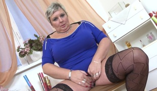 Chubby senorita takes the sextoy in order to have a solo session
