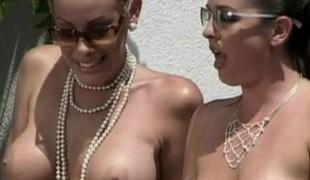 slikking lesbisk milf utendørs store pupper pornostjerne briller leketøy fitte nærhet