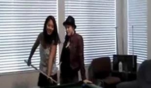 naturlige pupper lesbisk skjørt fingring leketøy thong asiatisk BH orgasme lubben