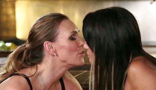 tenåring brunette slikking lesbisk milf mamma
