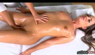 brunette babe tynn massasje