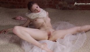 Hot and slim ballerina Ksyuha Zavituha strips and widens her legs