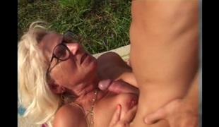 blonde utendørs sædsprut briller moden