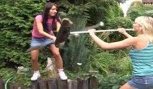 tenåring naturlige pupper slikking lesbisk utendørs skjørt truser leketøy