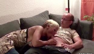 Vater fickt die Freundin seiner Tochter als beide alleine